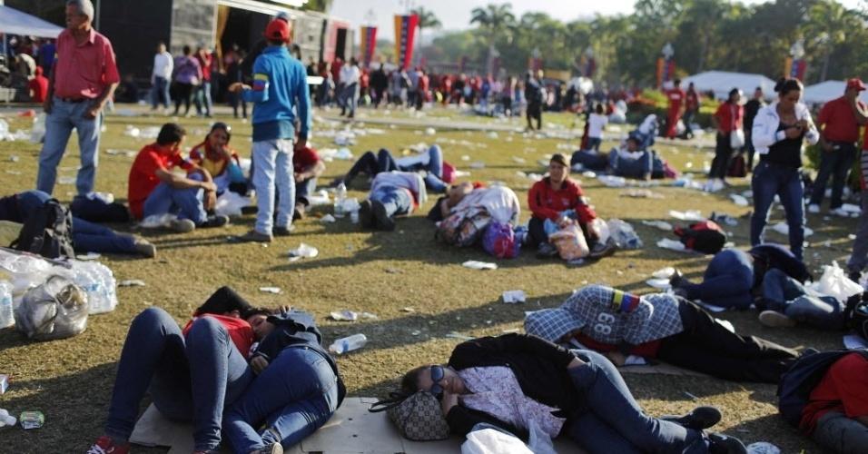 8.mar.2013 - Venezuelanos dormem enquanto aguardam a chance de dar adeus a Hugo Chávez, em Caracas, na Venezuela. O governo calcula que mais de 2 milhões de pessoas se mobilizaram no país para prestar a última homenagem ao presidente, que está sendo velado na Academia Militar