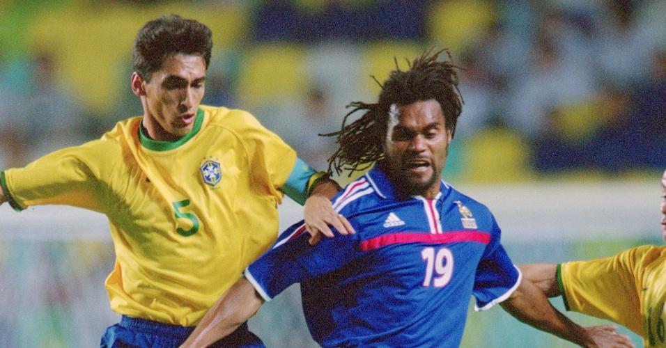 Emerson Leão e Vampeta discutem com o francês Desailly durante a Copa das Confederações de 2001