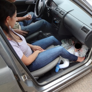 Mulher é autuada em Santa Catarina após ser flagrada levando bebê em chão do carro