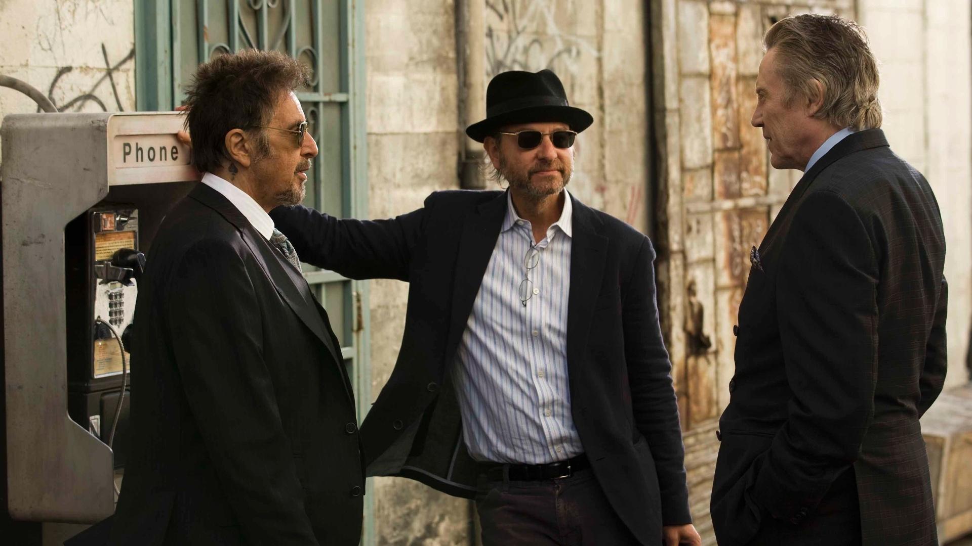 O diretor Fisher Stevens conversa com Al Pacino e Christopher durante as filmagens de