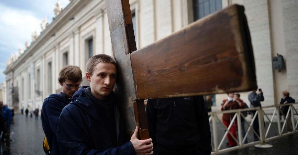 Peregrinos carregam cruz na praça de São Pedro, no Vaticano