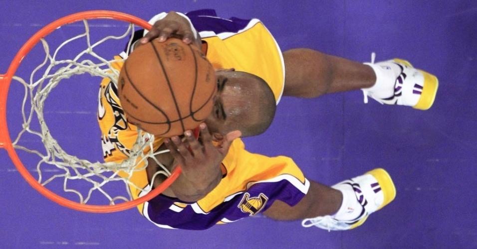 08.mar.2013 - Kobe Bryant enterra a bola na vitória do Los Angeles Lakers contra o Toronto Raptors, em que anotou 41 pontos