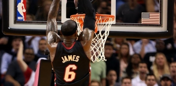 08.mar.2013 - LeBron James enterra bola no duelo do Miami Heat contra o Philadelphia 76ers