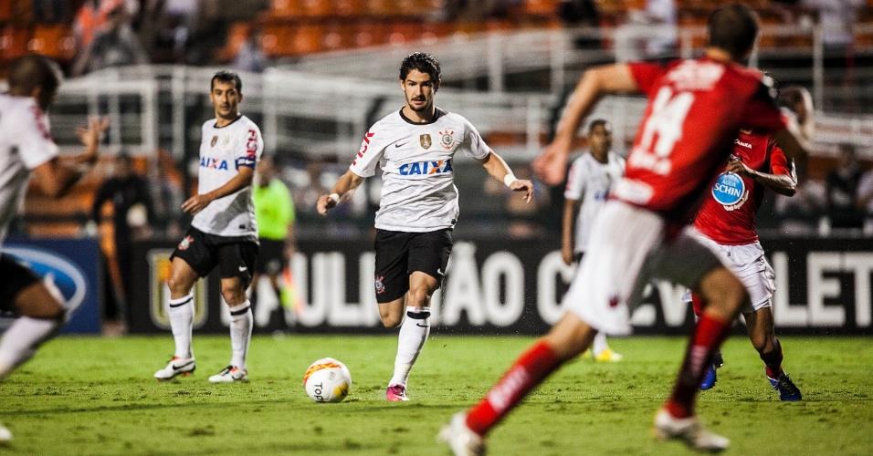 09.mar.2013 - Atacante Alexandre Pato, do Corinthians, conduz a bola durante a partida contra o Ituano, pelo Campeonato Paulista
