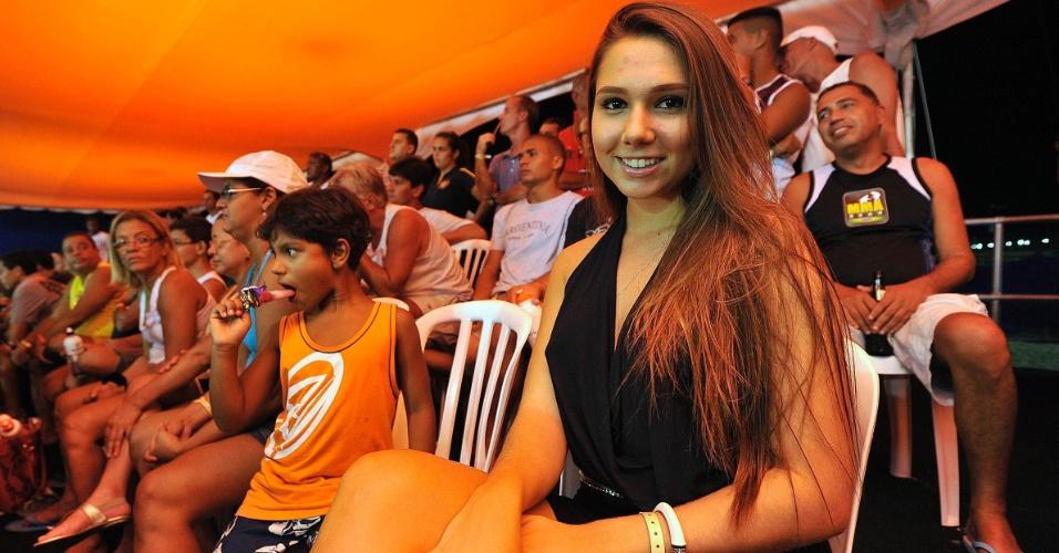 09.mar.2013 - Carol Portaluppi, filha de Renato Gaúcho, torce pelo pai durante o Mundial de futevôlei 4x4, na praia de Copacabana, no Rio de Janeiro