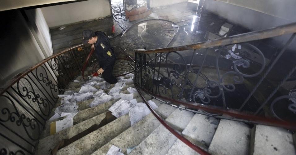 09.mar.2013 - Escadaria da Federação Egípcia de Futebol ficou tomada pelas cinzas após manifestantes, motivados pela condenação à pena de morte dos 21 torcedores, terem ateado fogo no prédio