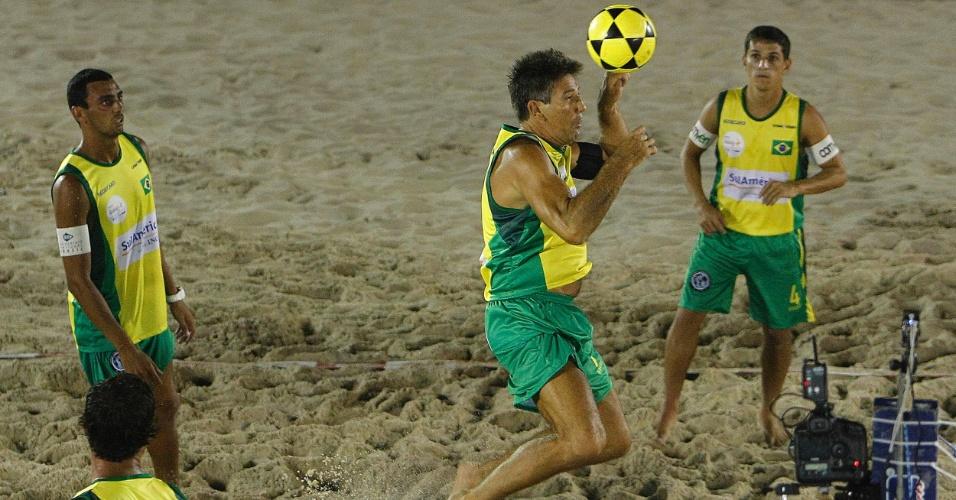 09.mar.2013 - Renato Gaúcho em ação durante o Mundial de futevôlei 4x4, na praia de Copacabana, no Rio de Janeiro