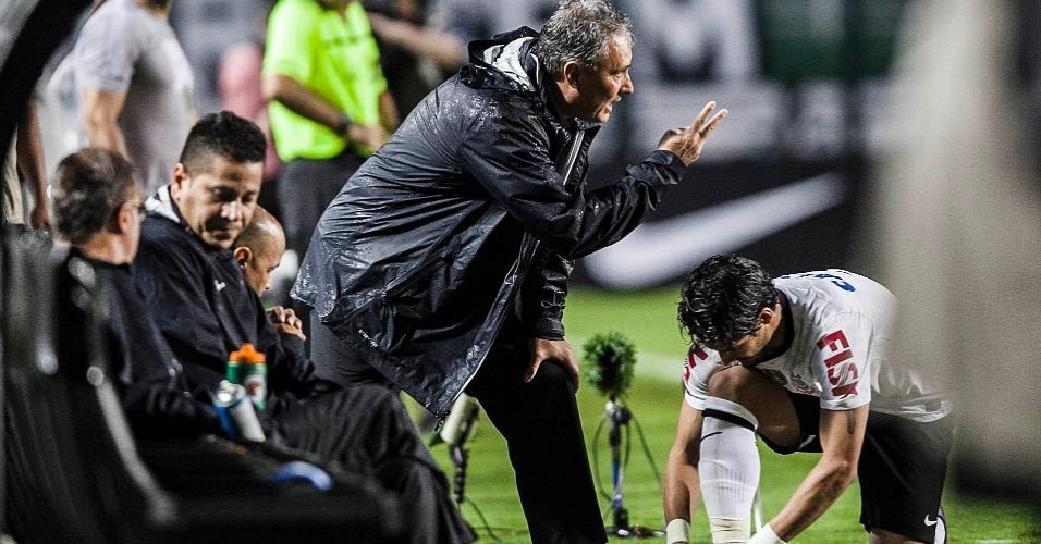 09.mar.2013 - Técnico Tite, do Corinthians, chama Alexandre Pato para entrar na partida contra o Ituano, pelo Campeonato Paulista