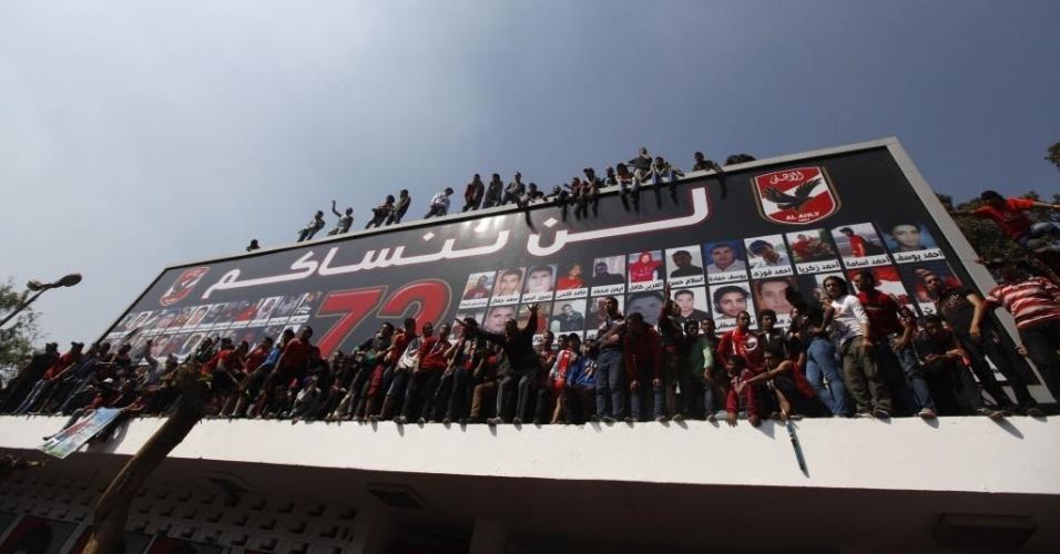 09.mar.2013 - Torcedores do Al Ahly gritam palavras de ordem contra o Ministério do Interior do Egito após confirmação da pena de morte a 21 pessoas por tragédia campal