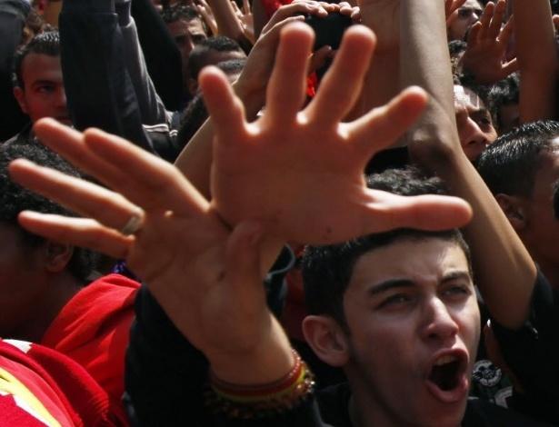 09.mar.2013 - Torcedores do Al Ahly protestam contra a condenação à morte de 21 torcedores em razão de batalha campal em 2012