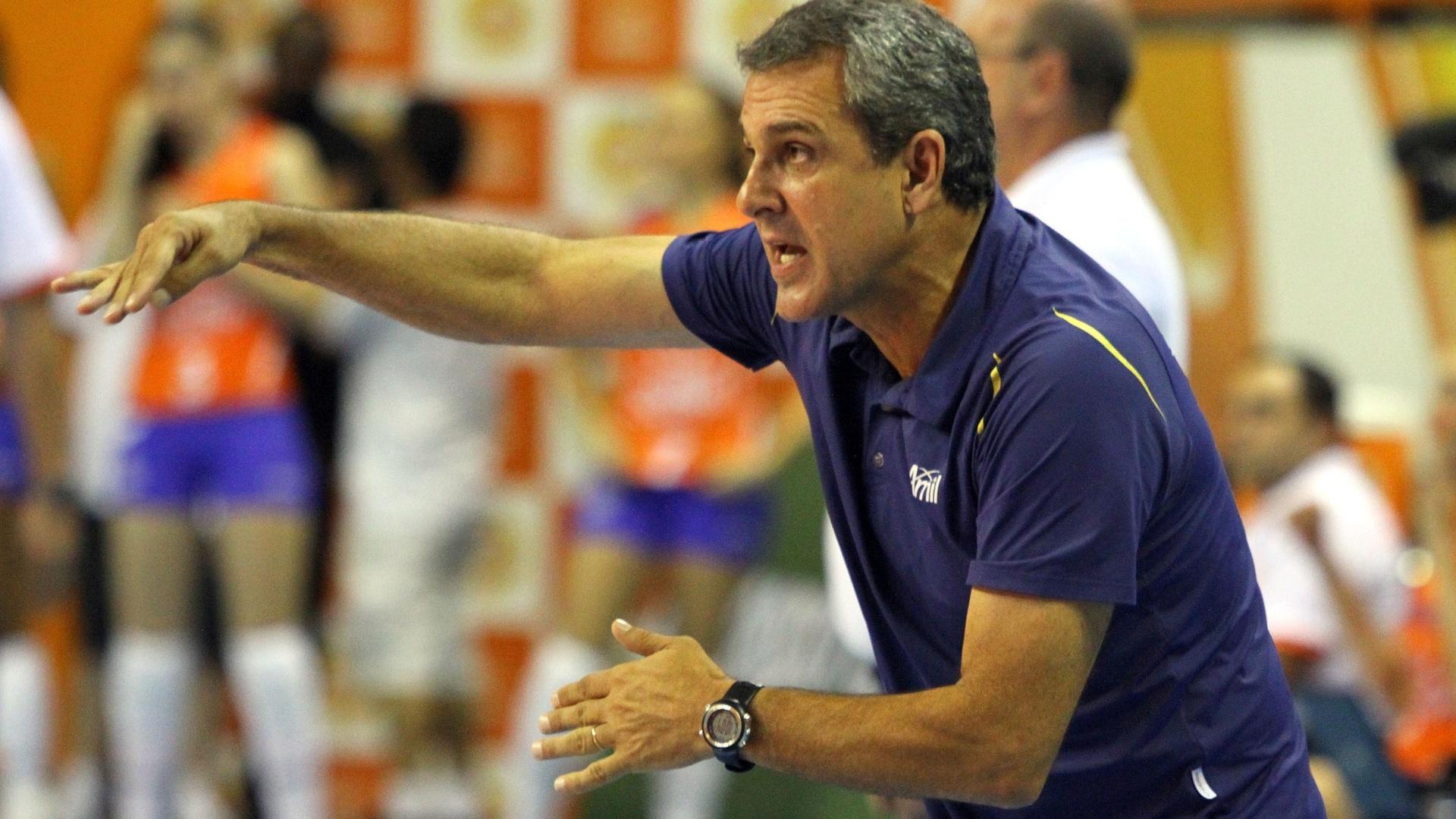 09.mar.2013 - Zé Roberto, técnico do Vôlei Amil, comanda as meninas da equipe na semifinal da Superliga, contra o Sollys/Nestlé