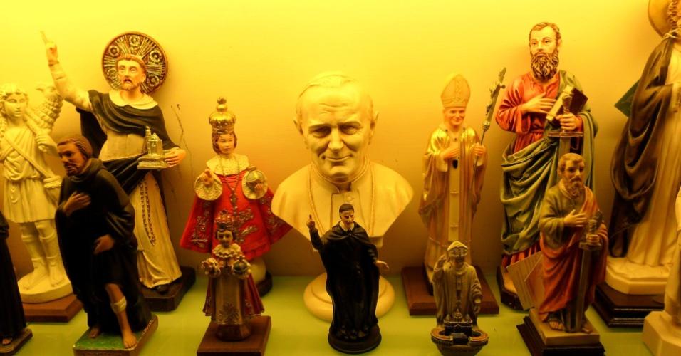 10.mar.2013 - Comerciantes de lojas de artigos religiosos, próximas ao Vaticano, reclamam que a imagem de Bento 16