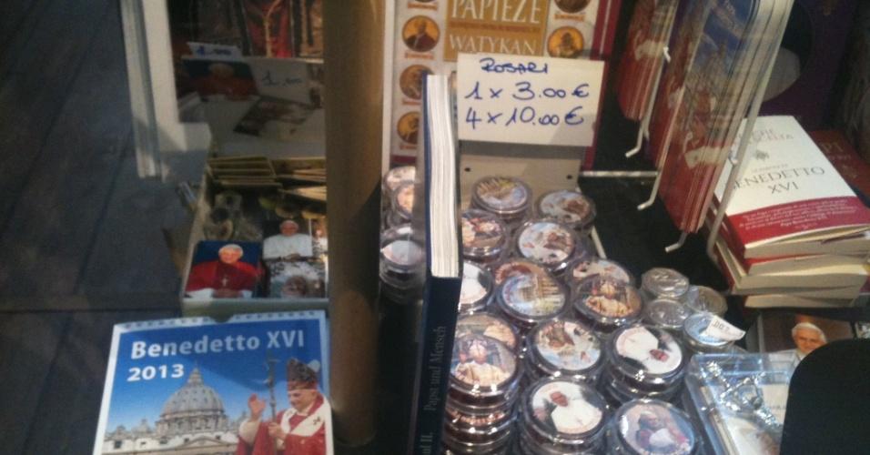 10.mar.2013 - Comerciantes de lojas na praça São Pedro, em Roma, dizem que o papa Bento 16