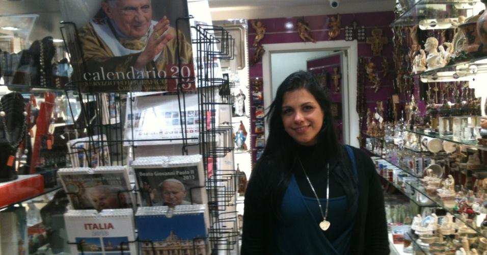 10.mar.2013 - Em outra loja na praça São Pedro, em Roma, a vendedora Giuliana Moretti confirma o desencanto dos turistas com os artigos relacionados a Joseph Ratzinger.
