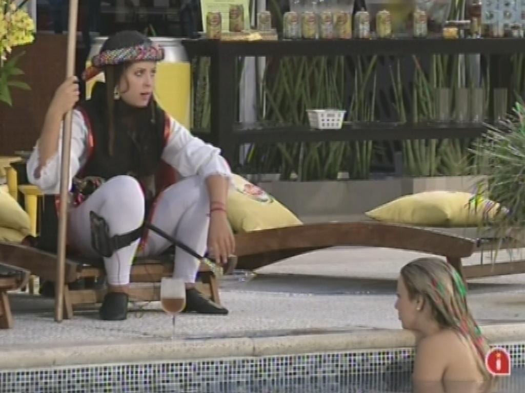 9.mar.2013 - Andressa e Fernanda conversam sobre preocupação de que Nasser ou André possam ser supostamente escolhidos por Miguel para ir para a Argentina