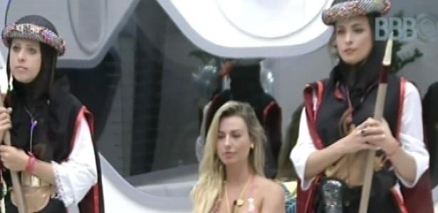 9.mar.2013 - Andressa e Kamilla cumprem o castigo do monstro enquanto Fernanda faz pose de rainha