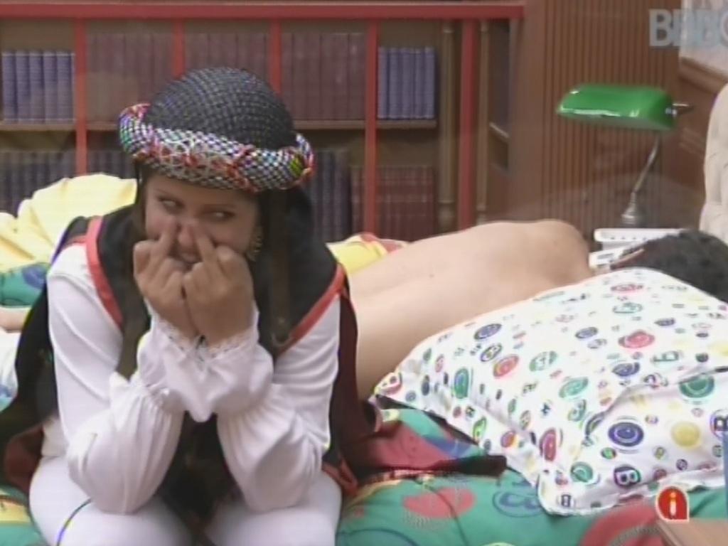 9.mar.2013 - Andressa mostra dedos do meio para Natália após brincadeira da sister