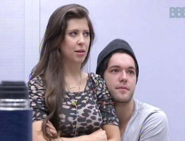 9.mar.2013 - Andressa senta no colo de Nasser e os dois conversam sobre o reality com o argentino Miguel