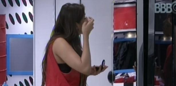 9.mar.2013 - Após deitar na sala, Kamilla se levanta e se maquia no espelho