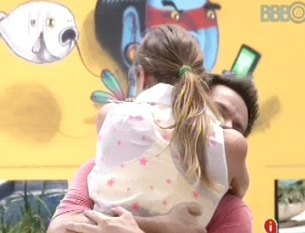 9.mar.2013 - Após vencer, Natália abraça Vinícius Valverde