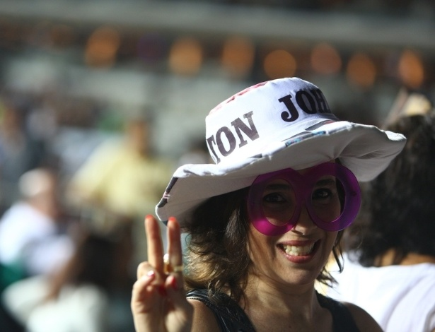 9.mar.2013 - Fãs começam a chegar para o show de Elton John no Estádio do Mineirão, em Belo Horizonte