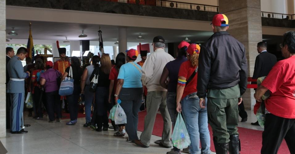 9.mar.2013 - Fotografia cedida pelo Palácio de Miraflores neste sábado mostra uma fila de venezuelanos aguardando para ver o corpo de Hugo Chávez, ex-presidente do país, que morreu vítima de um câncer. No próximo dia 14 de abril, o país terá novas eleições presidenciais para definir o sucesso de Chávez