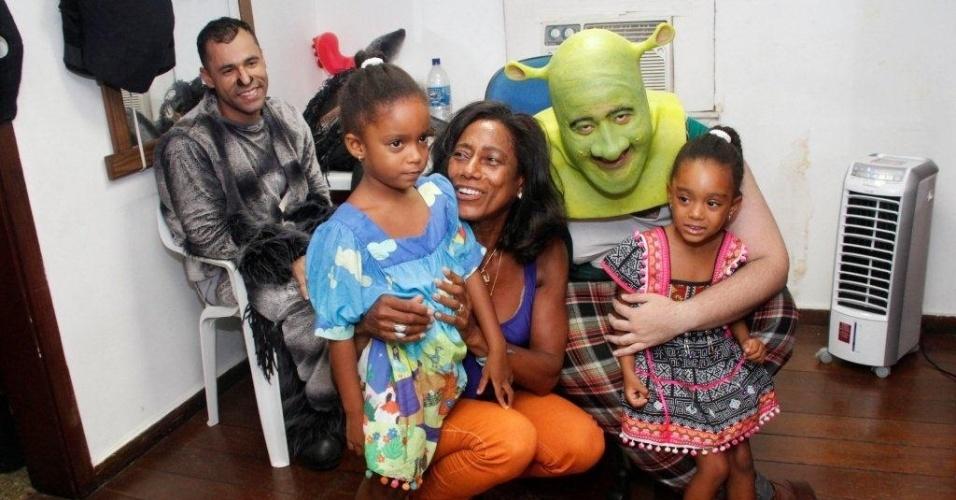 """9.mar.2013 - Glória Maria levou as filhas, Laura e Maria, para assistirem ao musical """"Shrek"""" em cartaz no Rio"""