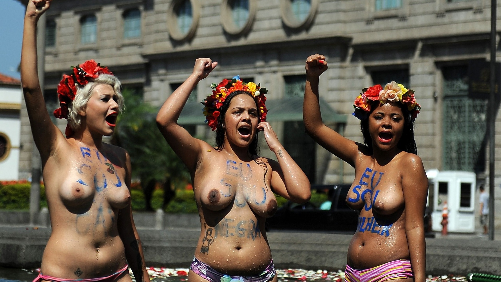 9.mar.2013 - Integrantes do grupo Femen fazem protesto neste sbado (9), em frente  igreja da Candelria, no centro do Rio de Janeiro, contra a homofobia