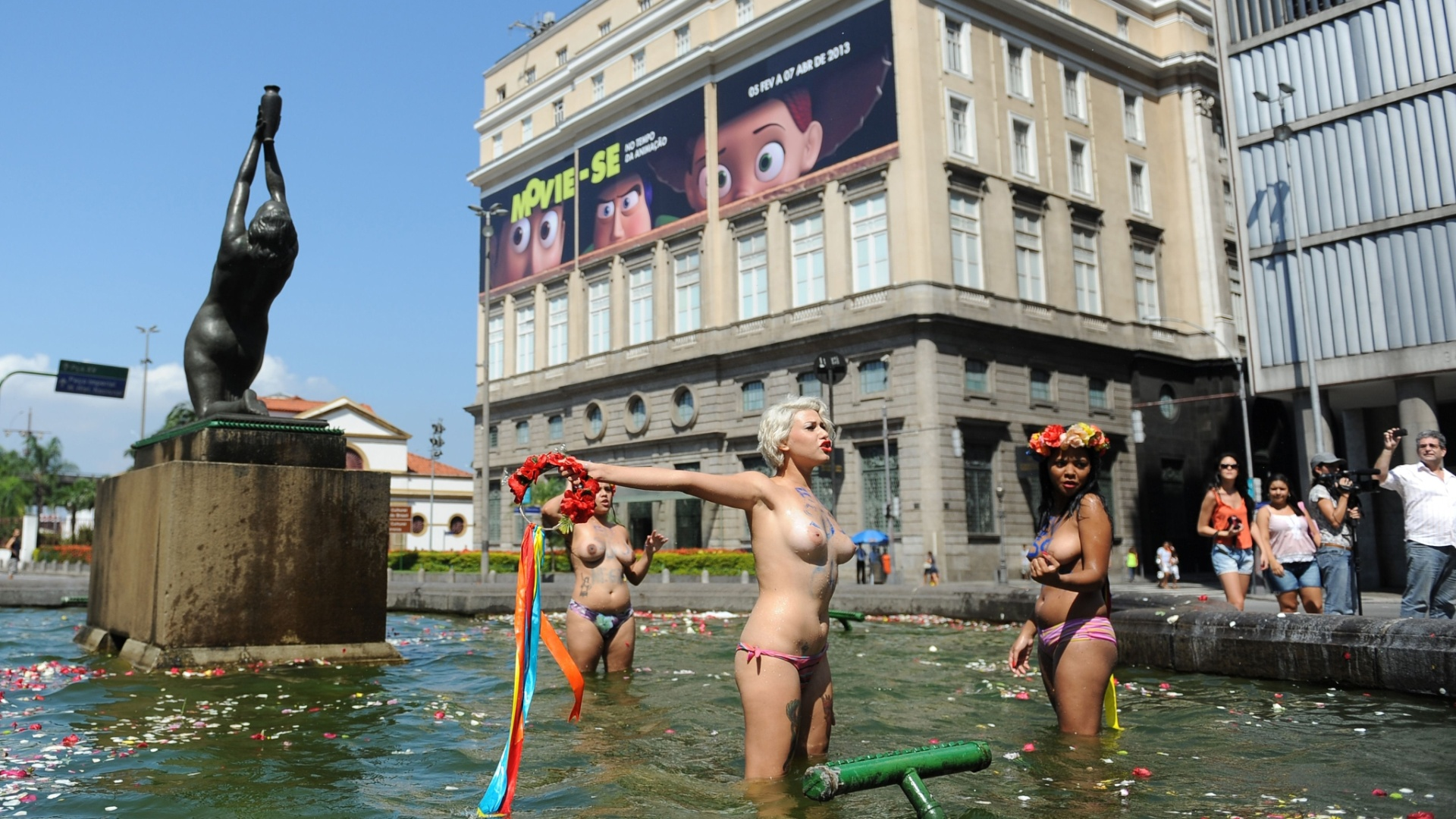 9.mar.2013 - Integrantes do grupo Femen fazem protesto neste sábado (9), em frente à igreja da Candelária, no centro do Rio de Janeiro, contra a homofobia. Nascido na Ucrânia, o Femen é uma organização que luta contra o turismo, exploração sexual de adultos e crianças e o sexismo