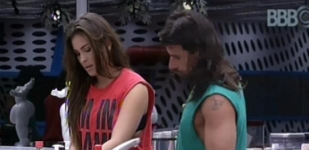 9.mar.2013 - Kamilla ensina o argentino Miguel a ligar o fogão da cozinha grande
