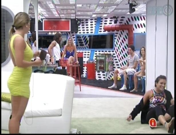 9.mar.2013 - Kamilla se atira no chão de tanto rir após Nasser dizer que Fani deveria deixar o cabelo solto e ela xingar o gaúcho