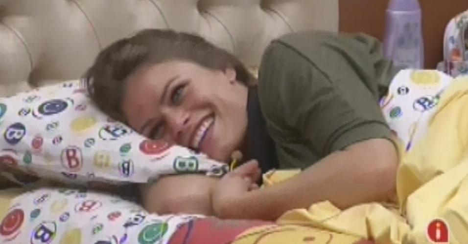 9.mar.2013 - Natália ri ao brincar com Andressa sobre a falsa possibilidade de Nasser ser enviado para passar uma semana no