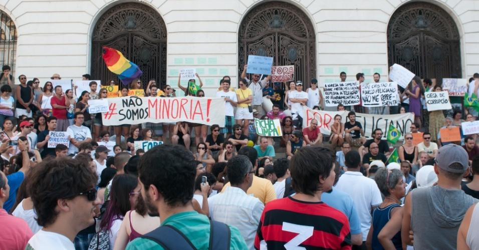 9.mar.2013 - No Rio de Janeiro, manifestantes participam de ato contra a eleição do pastor Marco Feliciano (PSC-SP) à presidência da Comissão de Direitos Humanos e Minorias da Câmara dos Deputados. Centenas de pessoas se reuniram na Cinelândia, no centro do Rio de Janeiro, para o protesto
