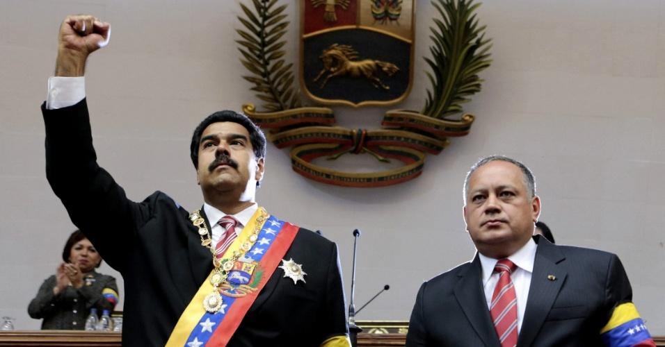 9.mar.2013 - O atual presidente interino da Venezuela, Nicolás Maduro (à esquerda), ao lado do líder da Assembleia Nacional, Diosdado Cabello, saúda os deputados após realizar juramento pela posse da presidência do país. Maduro afirmou que as eleições devem ser convocadas imediatamente