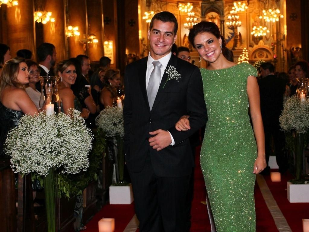 9.mar.2013 - Paloma Bernardi e Thiago Martins foram padrinhos do casamento de Diego Bernardi, irmão da atriz