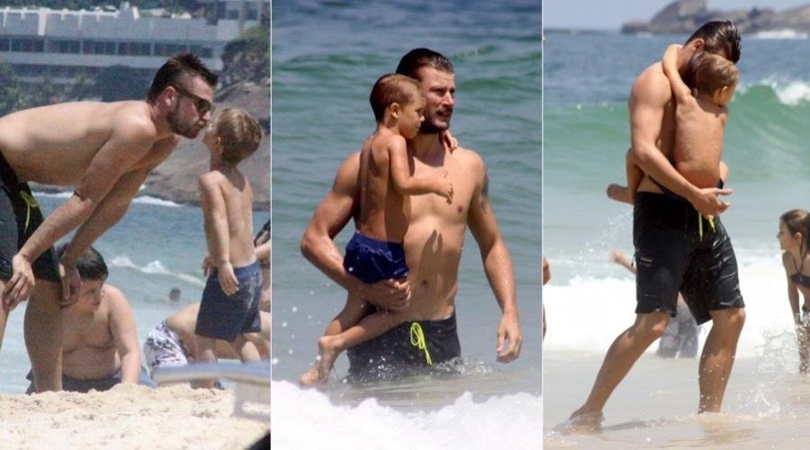 9.mar.2013 - Rodrigo Hilbert curtiu praia acompanhado de um dos filhos no Leblon, zona sul do Rio. Casado com Fernanda Lima, o ator é pai dos gêmeos Francisco e João