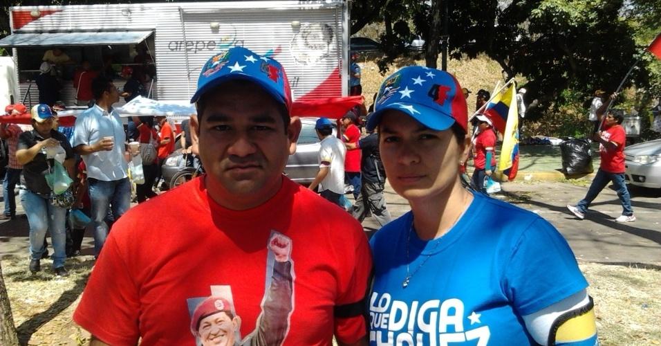 9.mar.2013 - Willy Casanova e sua namorada, Vanessa Marco, compraram alguns suvenires nas bancas de rua de Caracas, próximas ao local onde Hugo Chávez está sendo velado na Venezuela