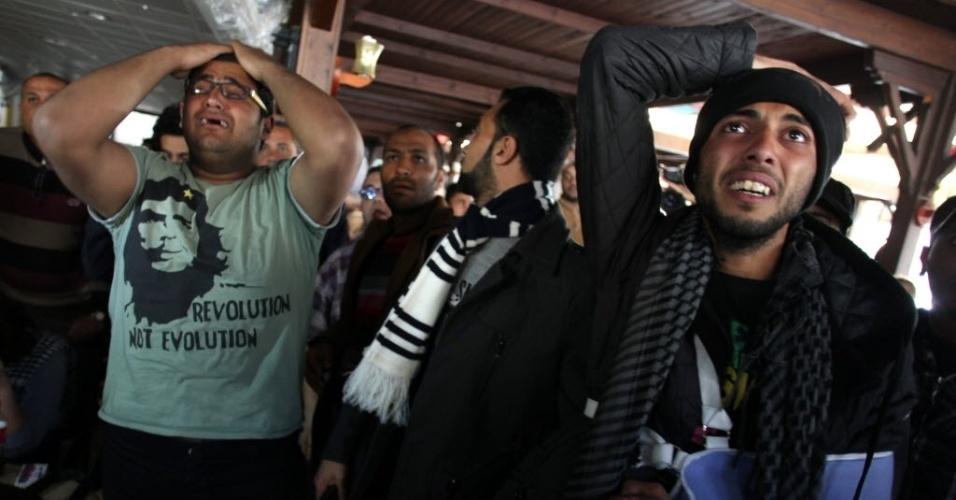 09.mar.2013 - Egípcios choram após confirmação da pena de morte a 21 pessoas por tragédia campal. O julgamento foi transmitido ao vivo no Egito