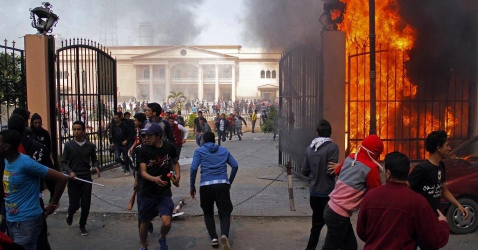 09.mar.2013 - Sedes da Federação de Futebol do Egito e da polícia foram queimadas neste sábado após confirmação da pena de morte a 21 torcedores