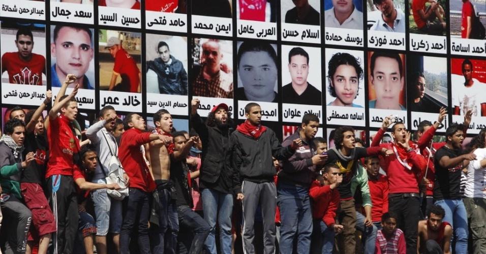 09.mar.2013 - Torcedores protestam nas ruas do Cairo após decisão da Corte egípcia que confirmou condenação à morte de 21 pessoas após massacre campal ocorrido em fevereiro de 2012