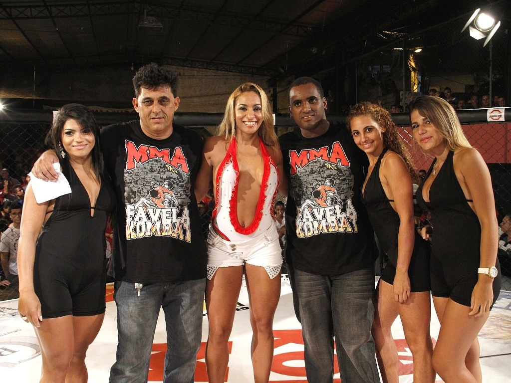 09.mar.2013 - Organizadores e ring girls se renem no Favela Kombat, realizado na Rocinha, neste sbado