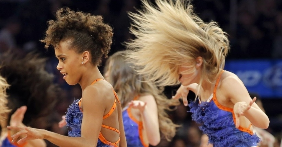 09.mar.2013 - Com cabelo ao estilo Neymar, cheerleader do New York Knicks se apresenta no Madison Square Garden