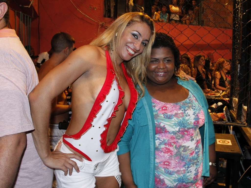 09.mar.2013 - Funkeira - e agora ring girl plus size - MC Carol e rainha de bateria Alessandra Mattos posam juntas durante a realizao do Favela Kombat, evento de MMA realizado neste sbado, na comunidade da Rocinha