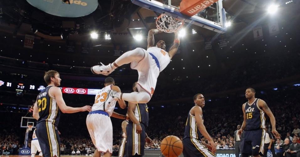 09.mar.2013 - J.R. Smith faz pose após enterrar durante o triunfo dos Knicks sobre o Utah Jazz