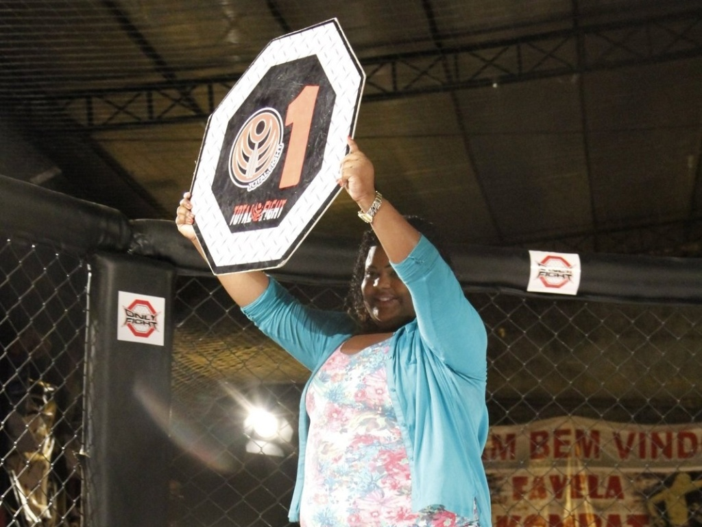 09.mar.2013 - MC Carol, conhecida pelas msicas de funk, virou ring girl plus size no evento de MMA Favela Kombat. Beneficente, a noitada de lutas foi realizada na favela da Rocinha contando com jovens lutadores e ainda arrecadou cerca de 2 mil quilos de alimentos para a caridade