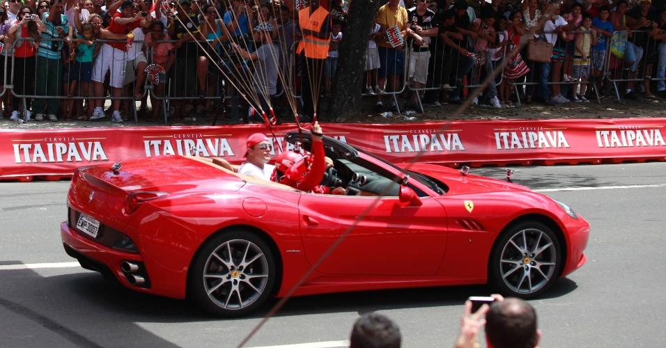 10.mar.2013 - A Ferrari também desfilou pelo Rio de Janeiro outros modelos além do seu carro de F-1