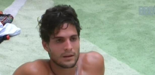 10.mar.2013 - André senta, ainda suado, no chão da sala, após prova da comida que envolvia condicionamento físico