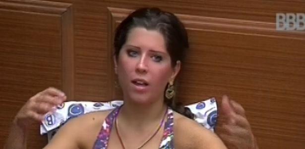 10.mar.2013 - Andressa, vermelha de tanto correr, conversa na xepa sobre a prova da comida