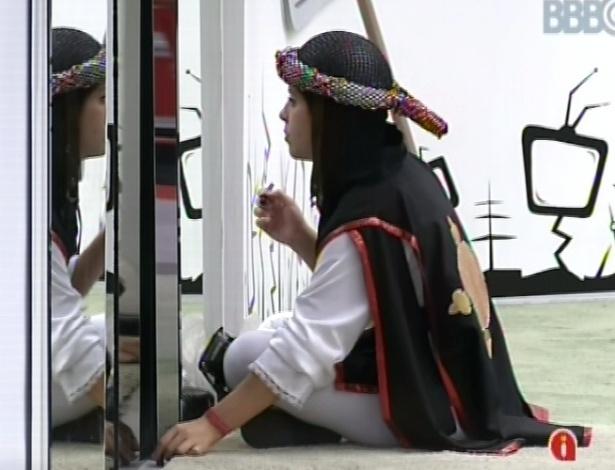 10.mar.2013 - Andressa, vestida de guardiã por causa do castigo do monstro, se maquia no espelho antes de voltar a dormir