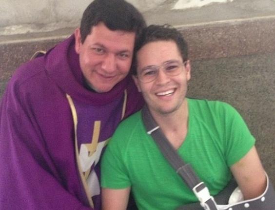10.mar.2013 - Ao lado de um padre, Pedro Leonardo divulga foto em que aparece com o braço imobilizado após uma cirurgia no manguito (músculos do ombro)